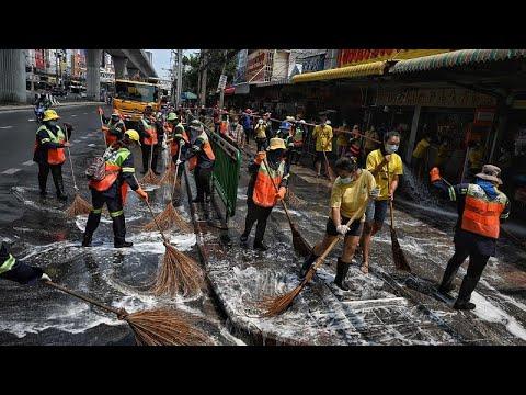 شاهد: عمال النظافة يقومون بتطهير سوق في بانكوك بعد تسجيل إصابات بكورونا…