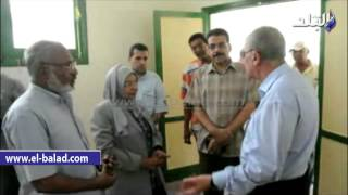 بالفيديو والصور.. محافظ أسوان يتفقد مشروع إعادة تصنيع المقاعد المدرسية