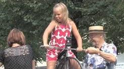 Pieni tyttö ja iso pyörä