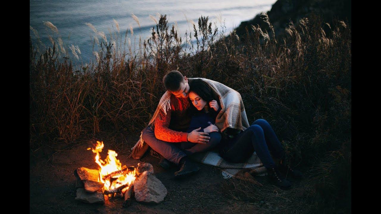 Парень и девушка зажигают на природе