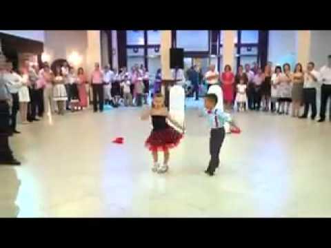 Petite Fille qui danse tres bien