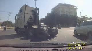 Xe Ben tung xe máy khuất tầm nhìn tại ngã tư CMT8 Đà Nẵng - Cầu Hoà Xuân