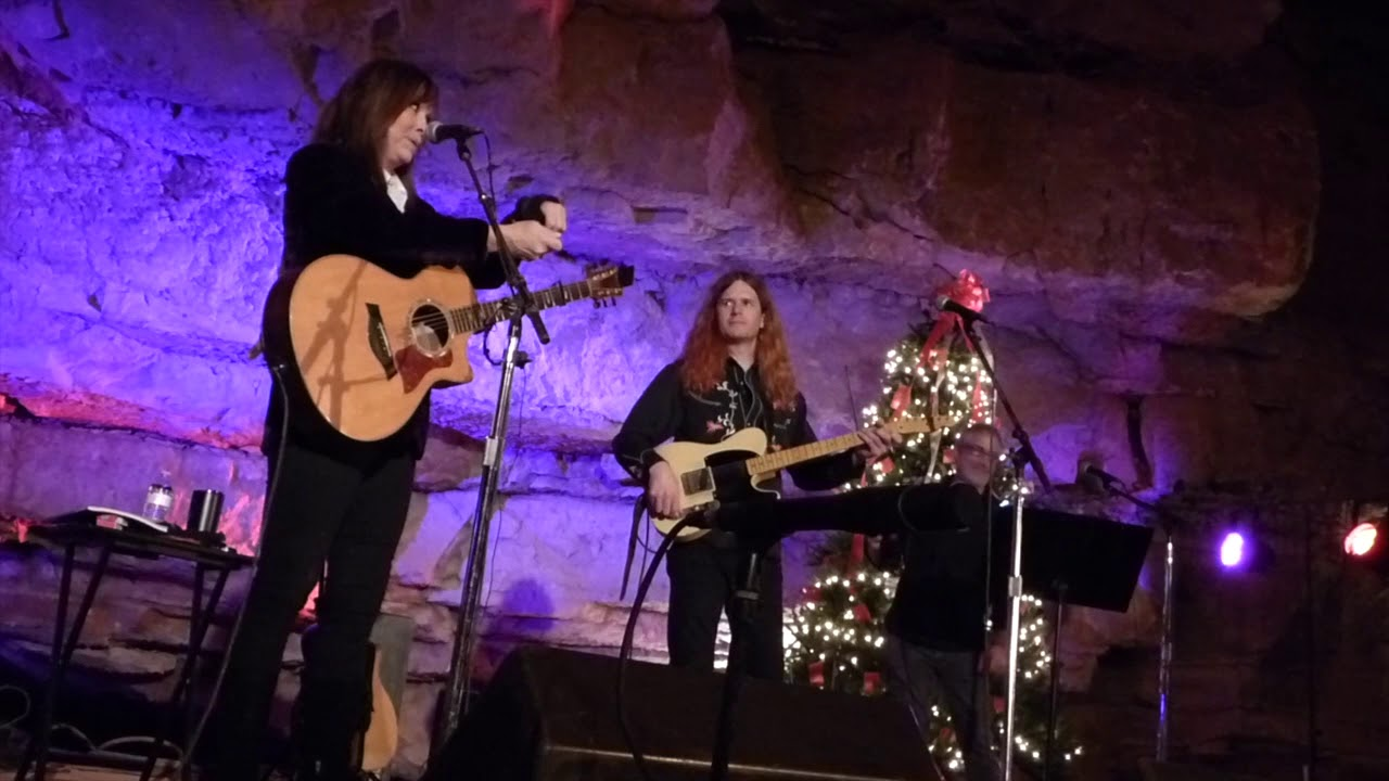 Suzy Bogguss, Two Steps 'Round The Christmas Tree (BGU