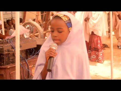 Ikon Allah Kalli Yadda Karamar Yarinya Take Karatun Alqur'ani Mai girma