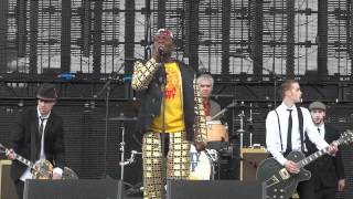 "Jimmy Cliff & Tim Armstrong ""The Harder They Come"" @Coachella 2012"