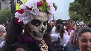 Thousands dress up for