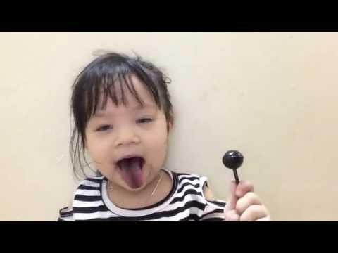 Bé ăn kẹo mút ngon ngon - lưỡi dài ra