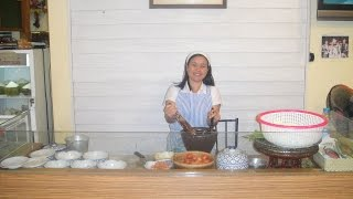 Готовим салат из папайи Сом Там. Making Thai papaya salad  som tam