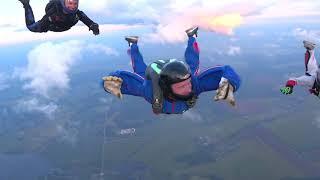 Кандидат в космонавты Евгений Прокопьев прыгает с парашютом