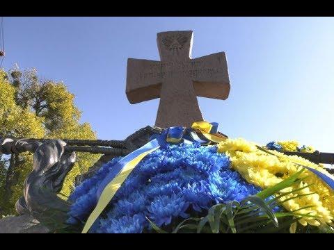 mistotvpoltava: Квіти до пам'ятника Українським Загиблим Козакам