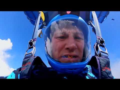 Ils sautent en parachute en pleine mer pour observer les requins