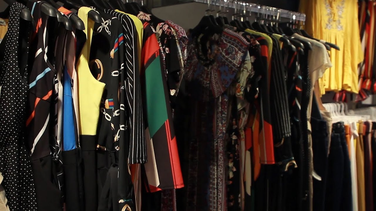 82a431c3c صدى البلد: شاهد.. إقبال متوسط على شراء ملابس العيد فى وسط البلد