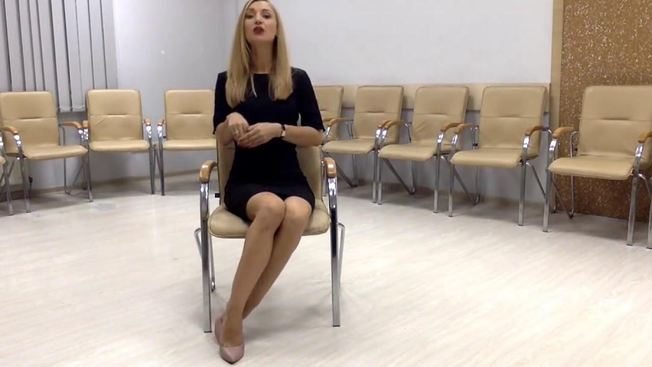 Как красиво сидеть на стуле девушке