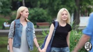 Девушка целует девушку