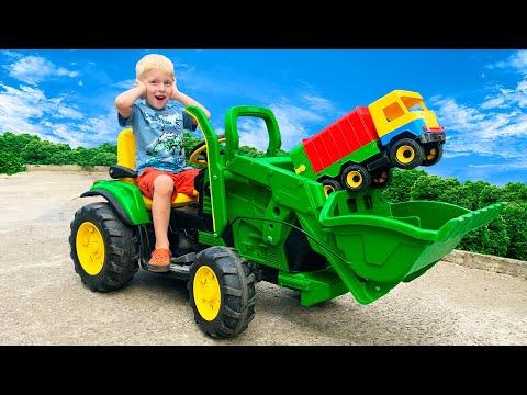 Машинка застряла в грязи и малыш на тракторе приехал на помощь