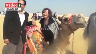 بالفيديو.. كلوديا كاردينالى تلتقط صورًا تذكارية بجوار الجمل بمنطقة الأهرامات