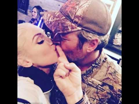 Gwen Stefani and Blake Shelton share a sweet smooch as they celebrate Thanksgiving