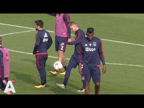 Tussen twee vuren op open training Ajax: 'Mama is voor Feyenoord'