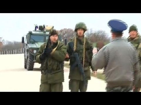 Ukrainians confront Russian troops at Crimean bases