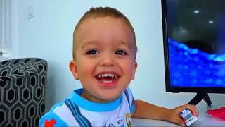 ABCD 歌曲和学习儿童英文字母   有趣的孩子  在童谣歌曲的儿童室内操场游乐区学习颜色