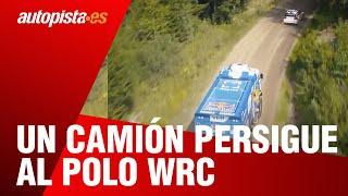Un camión del Dakar persigue al Volkswagen Polo R WRC por los bosques finlandeses