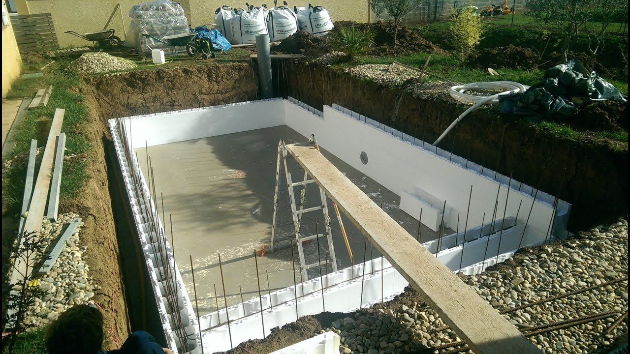 Construction piscine irriblocs youtube for Construction piscine beton