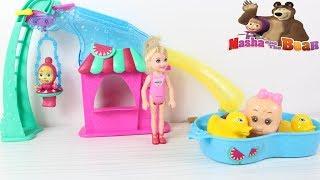 Chelsea ve Kardeşi Maşha Küçük Bebeğe Bakıyor Küçük Cadı Sihir Yapıyor Oyuncak Havuzlu Park