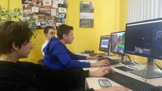 Школьники на уроке информатики играют в майнкрафт