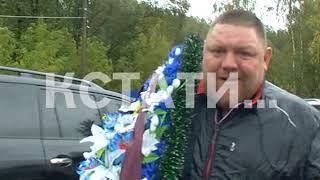 Черные куртки и бритые затылки - на автозаводском кладбище похоронили «вора в законе» -