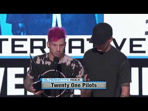 Twenty One Pilots accepting their Award at the 2016 Amas