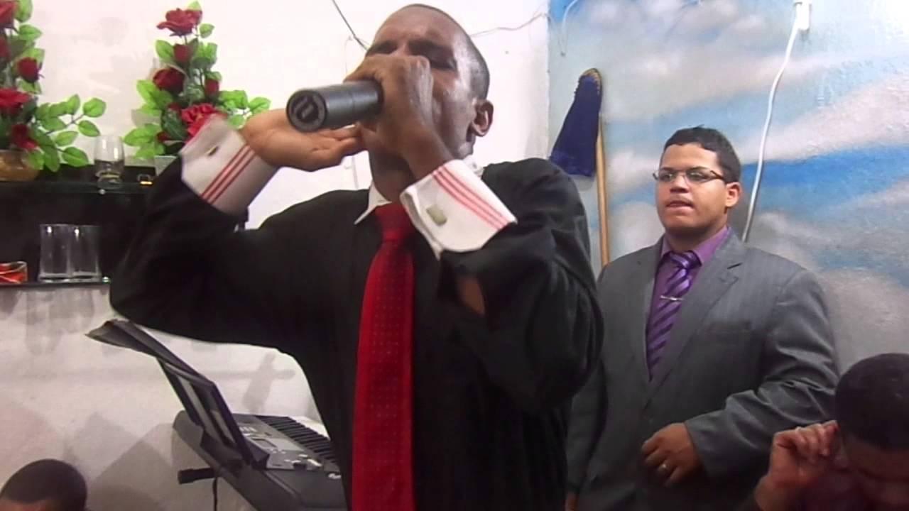 Resultado de imagem para pastor pregando