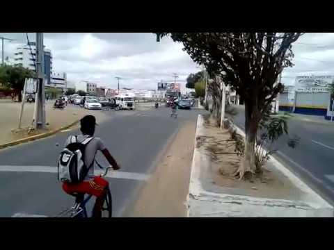 Motoristas são surpreendidos por mulher jogando pedras nos veículos que transitavam por avenida de Juazeiro-BA