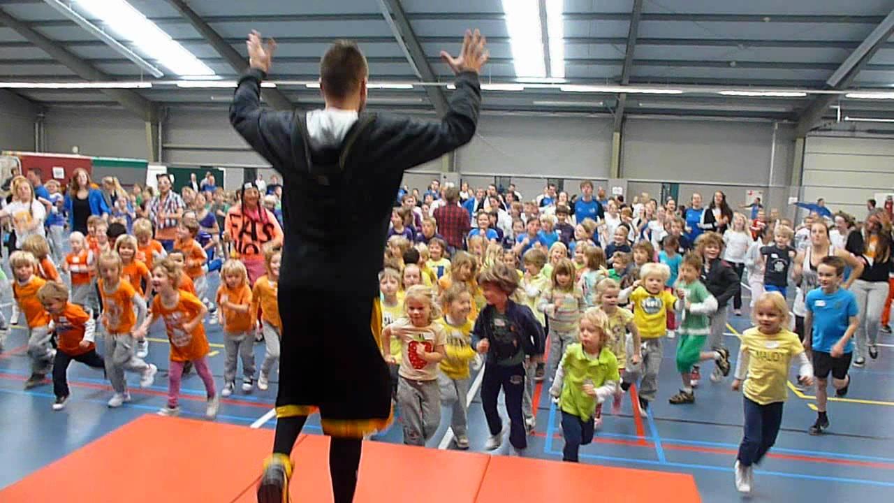 Kinderen in beweging in Fit Academie Bokkeduinen onder begeleiding van een student van Sportacademie Amersfoort