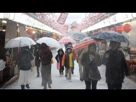 Season's first snow hits Tokyo, paralyses traffic