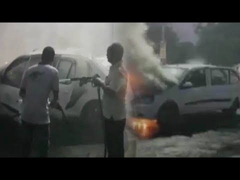 Gujarat : Moving car catches fire in Kheda district | Oneindia News