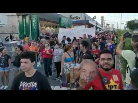 Protesto em Natal a favor da educação tem até máscara de Lula
