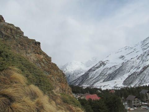 Слева горы справа горы а вдали Кавказ
