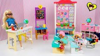 La Profesora Barbie se Molesta con La Bebe LOL Suprise en la Escuelita thumbnail