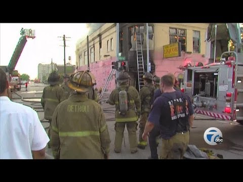 2 firefighters injured in Detroit fire