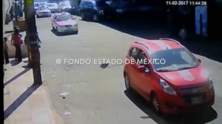 Ladrón intenta robar celular y es arrastrado por combi