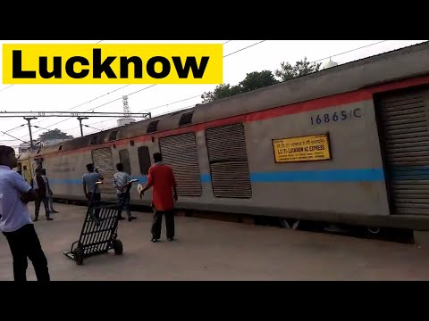 22121 LTT Lucknow AC SF Express Arriving at Lucknow Charbagh | Platform No 2 at LKO