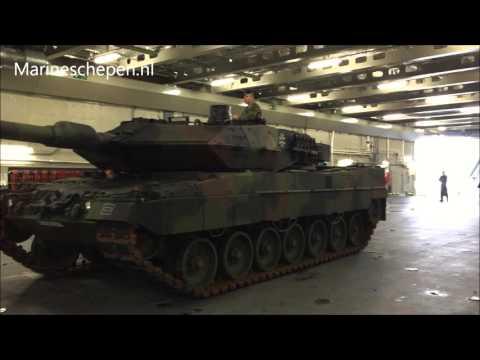 Leopard tank aan boord van de Karel Doorman
