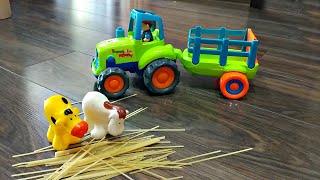 Трактор везет в прицепе сено и едет на Ферму кормить животных. Видео про трактор для детей