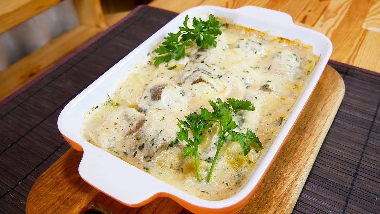 Приготовить форму для запекания, уложить туда хека и оставшиеся овощи, залить все винным соусом.