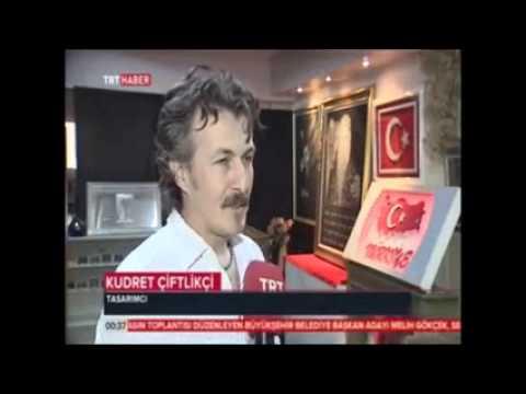 kristal taşlarla yapılan recep tayyip erdoğan ve annesi temalı portre ve duygusal şiir çalışması