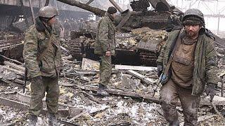 18+ Бойцы ВСУ выносят раненого танкиста ДНР. И это фашисты??? Новости Украины Дебальцево Донецк ДНР