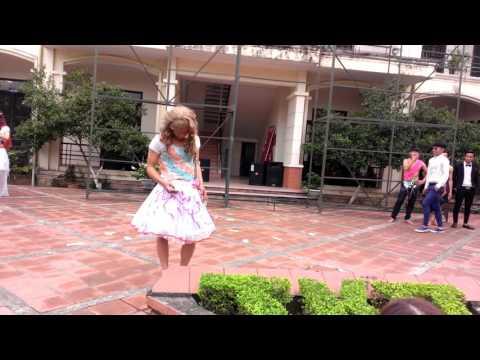 Nam giả gái biểu diễn thời trang.Học sinh 12A THPT Tứ Kỳ 2-By Thắng Ngố