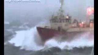 سفينة في البحر في موقف صعب للغاية.