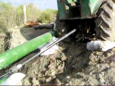 Bomba extrayendo agua con tractor youtube for Bombas de agua para estanques de jardin