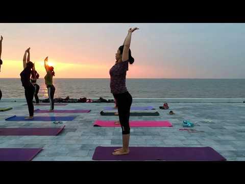 Lily Yoga do son Beach Vietnam 22.10.2017